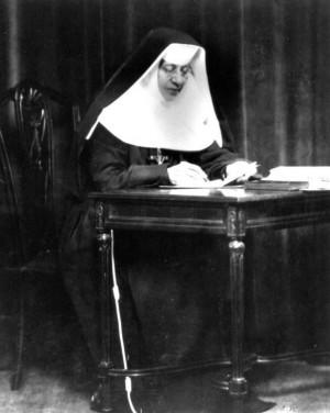 Fotografía de la Santa trabajando en su escritorio.