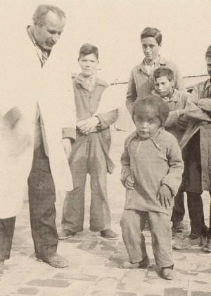 El Beato fotografiado junto a uno de sus pacientes, un niño hidrocefálico.