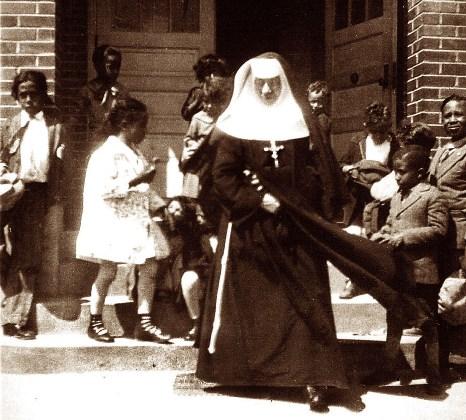 La Santa visitando a los alumnos de Beaumont, Texas, en 1917.