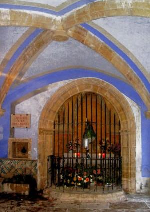 Vista de la capilla con la fuente donde se halló la imagen.