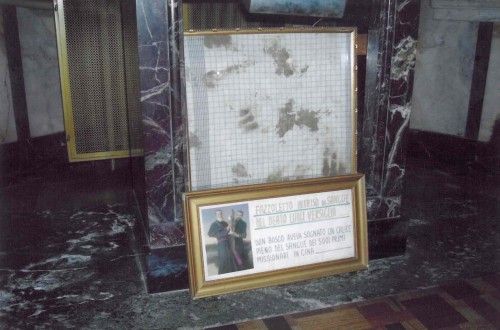 Paño salpicado con sangre de San Luis Versiglia. Basílica de Santa María Auxiliadora, Turín (Italia).