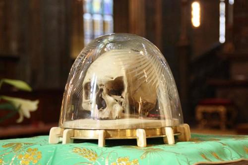 Cráneo del Santo en la catedral de Praga (República Checa).