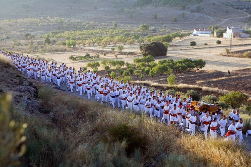 """Fotografía de los """"andarines"""" bajando el Cristo. Año 2012."""