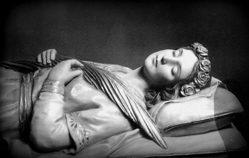 Detalle de la imagen yacente de Santa Teodora, mártir de las catacumbas anteriormente venerado en el convento de la Divina Providencia de Gràcia, Barcelona (España) y erróneamente confundida con Santa Teodora de Roma.