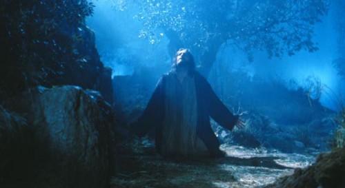 """Jesús en agonía en el Huerto de los Olivos. Fotograma de la película """"La Pasión"""" (Mel Gibson, 2004)."""
