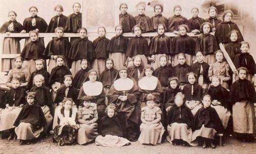Fotografía de la Beata (centro) con sus alumnas de Alì Marina, Sicilia (Italia).