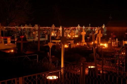 Toma del cementerio de Serbanesti (Rumanía), en la noche de Pascua de 2009.