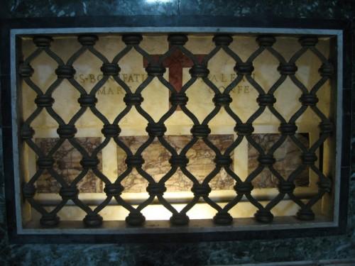 Sepulcro de los Santos Alejo y Bonifacio en su iglesia de Roma (Italia). Aunque no está mencionada, aquí yace también la mártir Teodora.