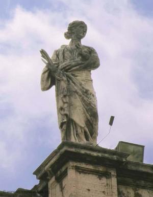 Escultura de la Santa en la balaustrada de la plaza de San Pedro del Vaticano, Roma (Italia). Fuente: www.stpetersbasilica.org