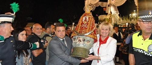 La alcaldesa portando una de las réplicas de la imagen durante la apertura de la feria de Albacete.