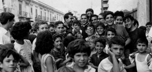 El Beato, fotografiado rodeado de los niños a los que dedicaba su tiempo.