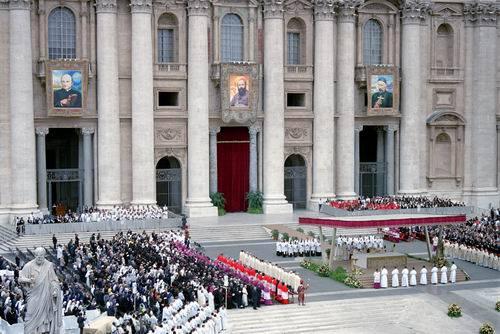 Panorámica de la canonización del Santo. Plaza de San Pedro, Roma (Italia).