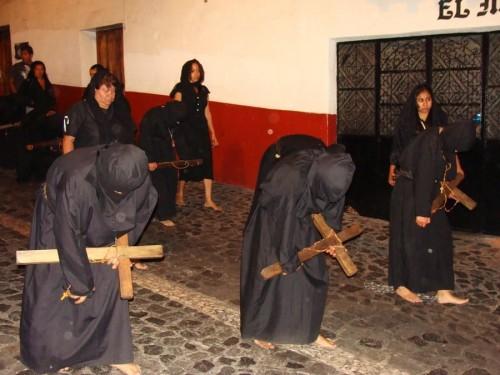 Procesión de la Cofradía de las Ánimas, una de las cofradías de penitentes en Taxco, Guerrero.