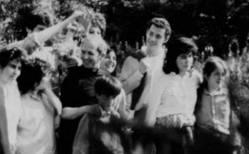 El Beato fotografiado junto a un grupo de jóvenes.