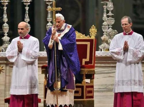 El Papa Benedicto XVI oficiando en Miércoles de Ceniza. 'Obsérvese que los obispos -en este caso, el de Roma- llevan tunicela debajo de la casulla para la celebración de la Eucaristia.