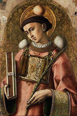 San Esteban, de Carlo Crivelli, donde se observa el amito asomándose por el cuello de la dalmática en la que va revestido.