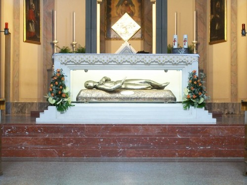 Sepulcro actual de la Beata, bajo el altar mayor. Parroquia de Fiobbio di Nembro, Italia.