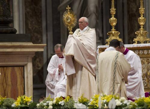 El Papa Francisco dando la bendición con el Santísimo Sacramento, revestido con capa pluvial y encima paño humeral.