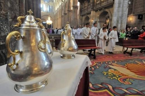 Procesión de entrada en la misa crismal. Catedral de Santiago de Compostela, España.