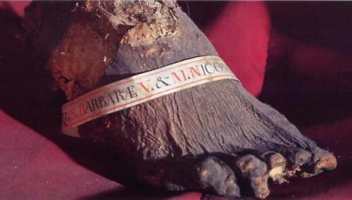Detalle del pie incorrupto de Santa Bárbara en Dignano (Croacia).