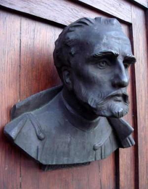 Busto del Santo en las puertas de la iglesia de Santa María, Cracovia (Polonia).