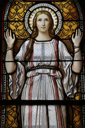 Santa Blandina. Vidriera decimonónica en la cripta de la iglesia de San Martín de Ainay, Lyon (Francia).