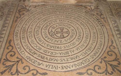 Mosaico con los nombres de los 47 mártires de Lyon y Vienne. Cripta de la iglesia de San Martín de Ainay, Lyon (Francia).