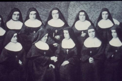 Fotografía de la Santa -línea superior, centro- entre sus religiosas.