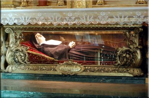 Detalle del sepulcro de la Santa. Basílica de María Auxiliadora, Turín (Italia).