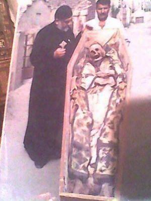 Cuerpo incorrupto del Santo (exhumación en enero del 1994).
