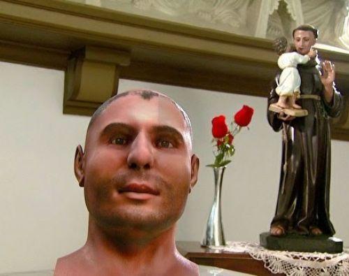 Comparación de dicho rostro con una escultura del santo.