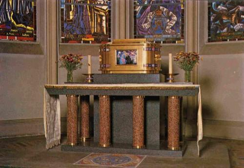 Altar y urna con las reliquias del Santo en la capilla de El Hermitage (Francia).