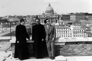 Fotografía del Santo en Roma, año 1946. Al fondo, San Pedro del Vaticano.