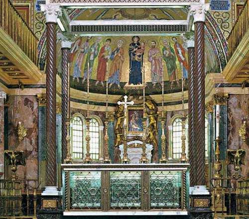 Vista del altar mayor de la iglesia de Santa María de la Paz, Roma (Italia). En el altar está el sepulcro del Santo.