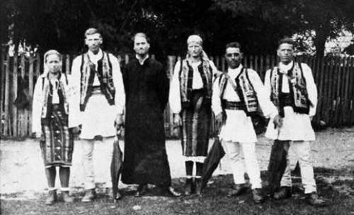 """Fotografía del padre Iustin Pârvu con los """"Cazadores de Montaña"""" en el frente oriental."""