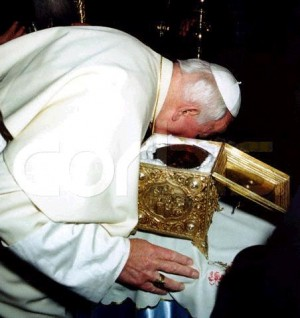 Fotografía de San Juan Pablo II venerando el cráneo de Santa Catalina. Monasterio del Sinaí, Egipto.