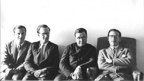 Fotografía del Santo con los primeros miembros del Opus Dei, en la academia DYA.