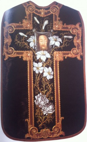 Casulla bordada por Santa Teresita a partir de un vestido de su madre. Las dos rosas son sus padres, los nueve lirios son sus hijos; los capullos cerrados son los que murieron de niños.