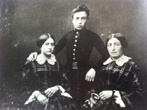 La Beata con sus dos hermanos.