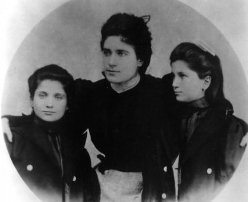 Fotografía de la Beata con sus hermanas Leonor y Lola.
