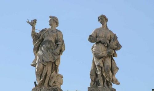 Esculturas de las Santas Praxedis (dcha.) y Pudenciana (izqda.) en la balaustrada de San Pedro del Vaticano, Roma (Italia).
