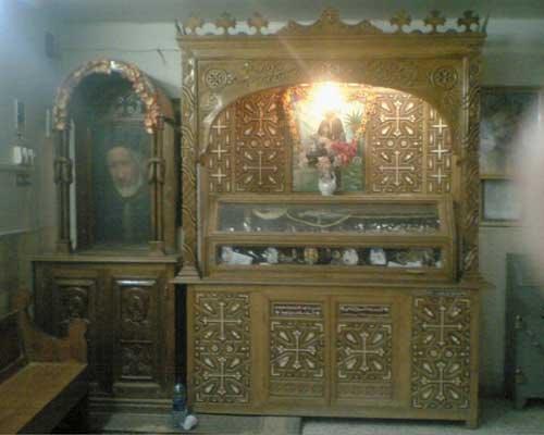 El cuerpo del Santo dentro de un relicario en su monasterio.