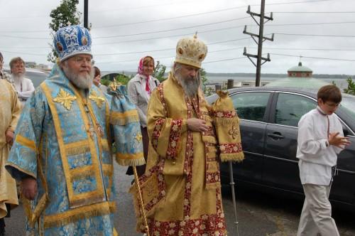Obispos revestidos con el sakko y el omophorion.
