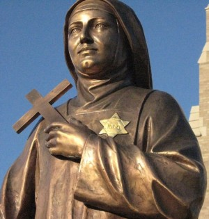 Escultura de la Santa en Boston (EEUU) ostentando la estrella que la marcaba como judía.