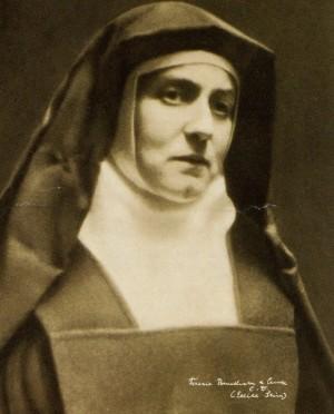 Fotografía de Edith Stein en hábito carmelita. Al pie de la foto, su firma.
