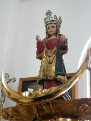 La imagen de Nuestra Señora de los Remedios mide 27cm, y de esta forma luce sin sus vestimentas.