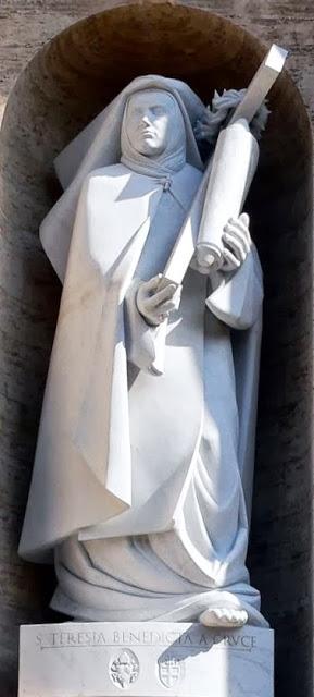 Escultura de la Santa, obra de Wolfgang Bialas (2006). Edith lleva la Torá, símbolo del judaísmo, y la Cruz, símbolo del cristianismo. Basílica de San Pedro del Vaticano, Roma (Italia).