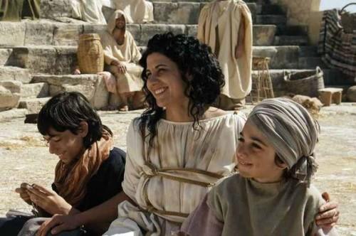 Catalina (Nicole Keniheart) predicando a los pobres de Alejandría.