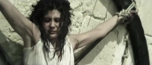 Secuencia del martirio: Catalina (Nicole Keniheart) es torturada y ejecutada en una rueda de púas.