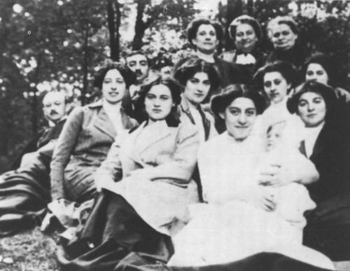 Edith -primera fila, chaqueta clara- fotografiada con su familia.